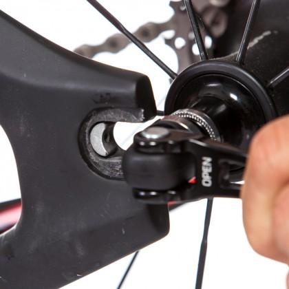 einstellbare Ausfallenden: geringer Einstellbereich, dienen dazu um das Hinterrad gerade auszurichten, unmöglich, dass der Reifen am Sitzrohr streift