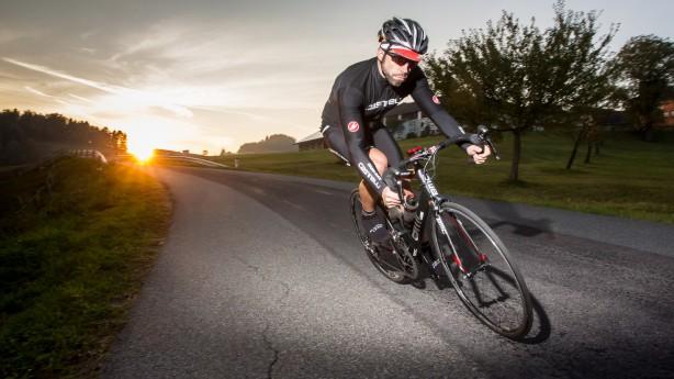 BMC TEAMMACHINE SLR01 2014Das diesjährige Rennrad-Highlight der Schweizer im Test. Auf den ersten Blick sieht es seinem Vorgänger aus 2010 recht ähnlich. Erst der zweite offenbart viele innovative Details am neu entwickelten Edelrenner.