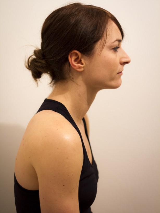 Falsch: schlampige Haltung, Kinn vorgereckt, überstreckte Halswirbelsäule