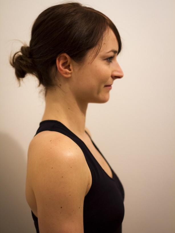 Richtig: aufrechte Haltung, Kinn zurückschieben (?Doppelkinnposition?), Nacken lang machen