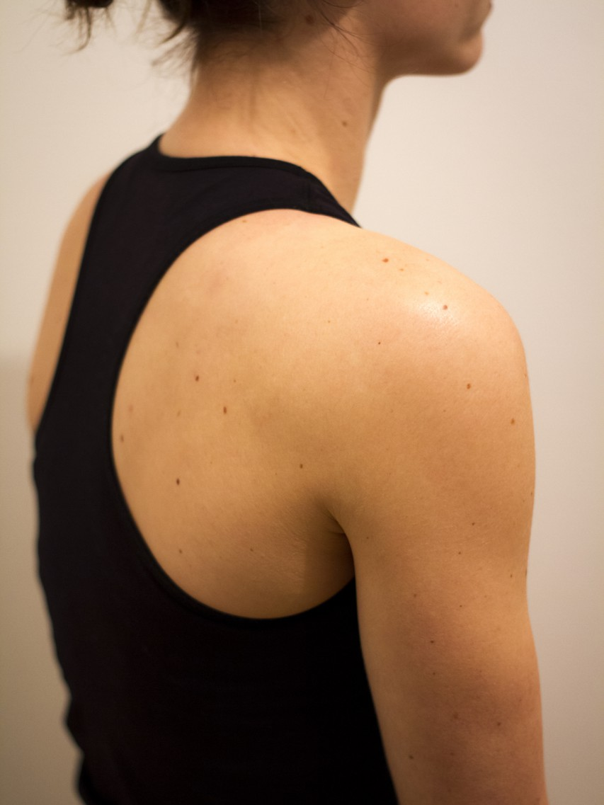 Falsch: schlampige Haltung, Schultern- bzw. Schulterblätter hängen zu weit vorne