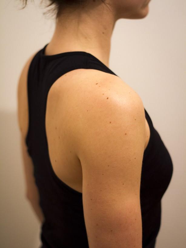 Richtig: aufrechte Haltung, Schulterblatt spannt nach hinten/unten, Schultergelenke kommen somit in zentrale Position