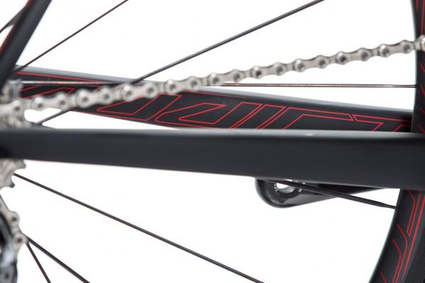 Dezente, rote Schriftzüge finden sich an allen Rohren und an den Laufrädern.
