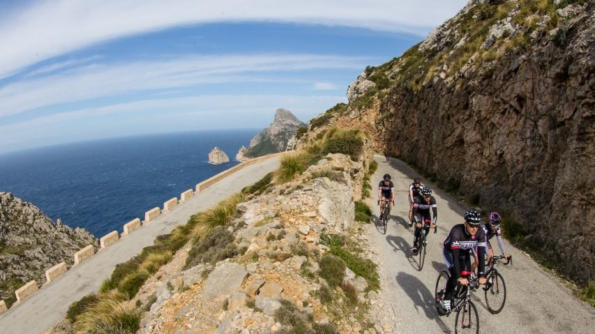 Mallorca und die bunte PestMittendrin statt nur dabei: eine Gruppe von zehn Bikeboardern trainierte auf der Balearen-Insel. Versuch einer Bestandsaufnahme ...