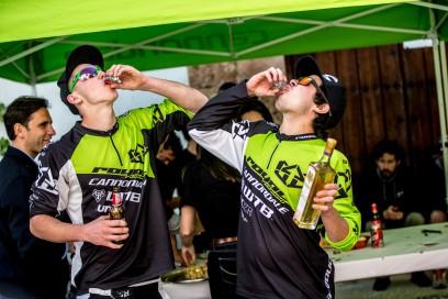 Bier und Schnaps (eine lokale Delikatesse in Ojen) für den Sieger des Enduro-Rennens, Marco Osborn. Nur Schnaps für den Dritten, Ben Cruz.