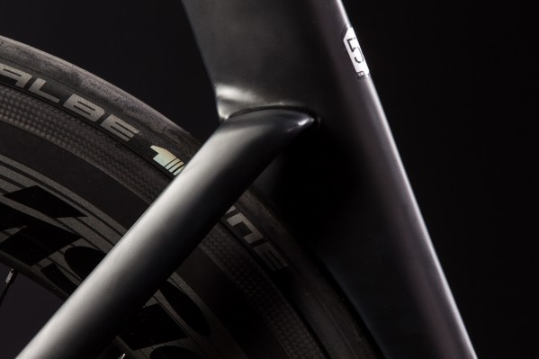 Damit die Luft sanft über das Hinterrad laufen kann, deckt das Sitzrohr so viel wie möglich davon ab.