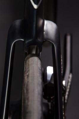 Der integrierte WindTunnel-Kanal an der Rückseite des Sitzrohrs reduziert den Druckwiderstand der Luft, die sich zwischen dem sich drehenden Rad und dem Rahmen staut.