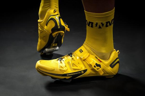 Gelbe Pro-Socken und Mavics Zxellium Ultimate Schuhe runden das Bild nach unten hin ab