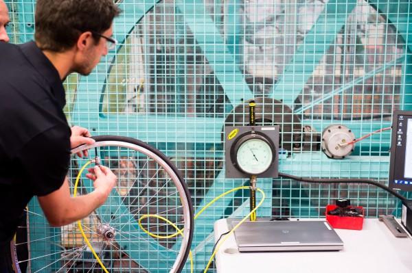andere Labs beschäftigen sich mit der Haltbarkeit von Laufrädern und dem Rollwiderstand der Bereifung