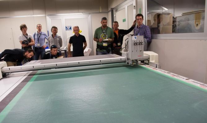 ein Plotter erzeugt unzählige Schnittteile aus verschiedenen Carbonmatten...