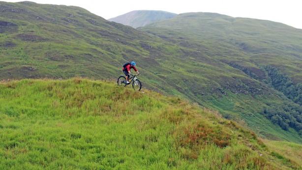 """MTB-Roadtrip SchottlandDefiniere """"challenging"""". Erdulde """"midges"""". Genieße """"bothy nights"""". Mit trailproof durch den hohen Norden Großbritanniens."""
