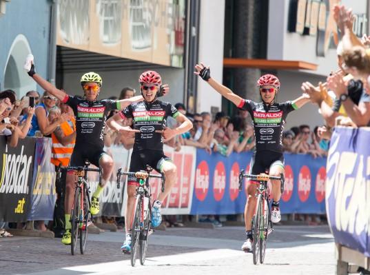 Zieleinlauf der italienischen Sieger beim SuperGiroDolomiti