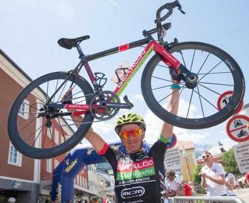 der 1. Sieger des SuperGiroDolomiti Enrico Zen jubelte im Ziel