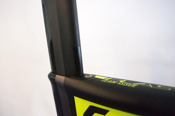 Im Vergleich zum Plasma 3 ist die Sattelstütze nicht am Sattelrohr ausgerichtet, sondern weist einen leichten Winkel und zusätzliche 10 mm horizontale Einstellbarkeit auf.