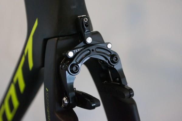 Hinter der Tektro-Bremse verstecken sich die beiden Aufnahmen für Standard-Direct-Mount bzw. Caliper-Bremsen. Die Aero-Abdeckung kann allerdings nur an der Scott-Tektro-Hochleistungsbremse angebracht werden.