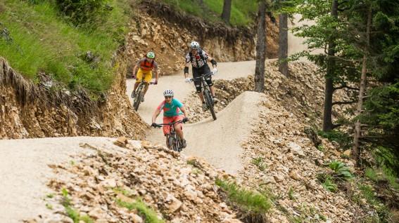 REGIONSREPORT KLOPEINER SEE Kärntner Gemütlichkeit trifft slowenische Unbekümmertheit, und dazwischen lockt der Petzen-Rollercoaster. Auf Mountainbiker im Sonnenwinkel wartet ein einzigartiger Angebots-Mix von Flow Country Trail über Stollenbiken bis Singletrail-Park.