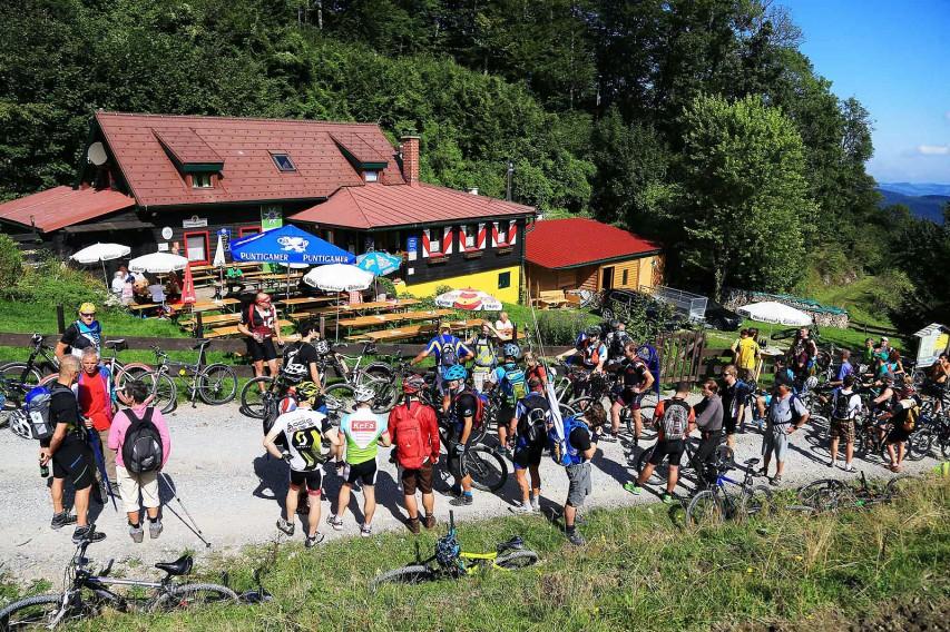 Nach einer Zwischenrast auf der Lilienfelder Hütte ging's weiter zur Klosteralm fürs Gruppenfoto.