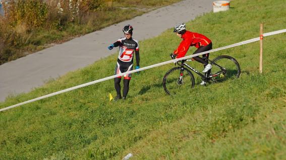 BERNHARD KOHL CX CUPLearning by doing: Mal ganz unverfänglich einen Crosser ausprobieren, unter professioneller Anleitung das How-to des Cyclocrossens erlernen, echte Rennluft schnuppern und günstig einkaufen. All das bietet das CX-Schnuppertraining samt -Cup Bernhard Kohls.