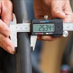 Der Vredestein Senso 25 hingegen, wächst auf stattliche 25,34 mm Breite an.