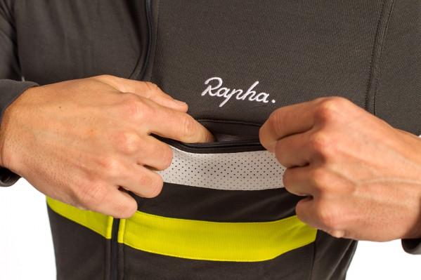 Vorne ist das Trikot im Brustbereich zudem mit einer Reißverschlusstasche für Brevet-Karten ausgestattet.