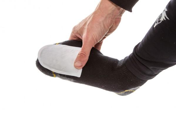 die Zehenwärmer werden mit der Klebeseite oben oder unten an den Socken angebracht