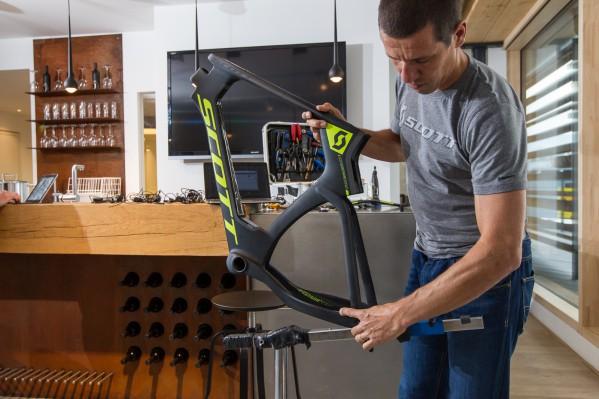 Lars arbeitet mit einem modifizierten (oder, wenn man will: ramponierten) Park Tool PRS-20 Montageständer.