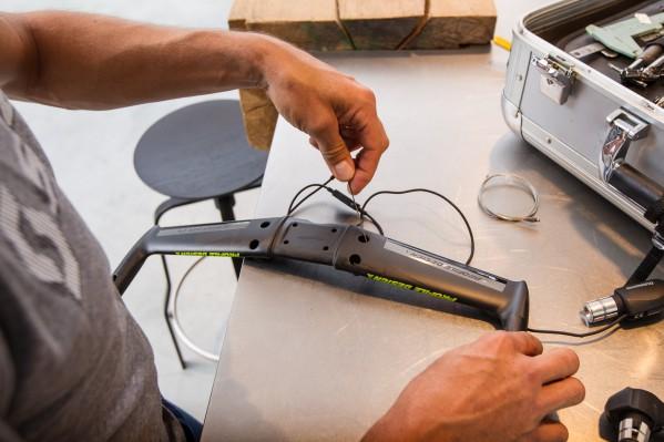 Es folgen die elektronischen Kabel der Schaltbremshebel.