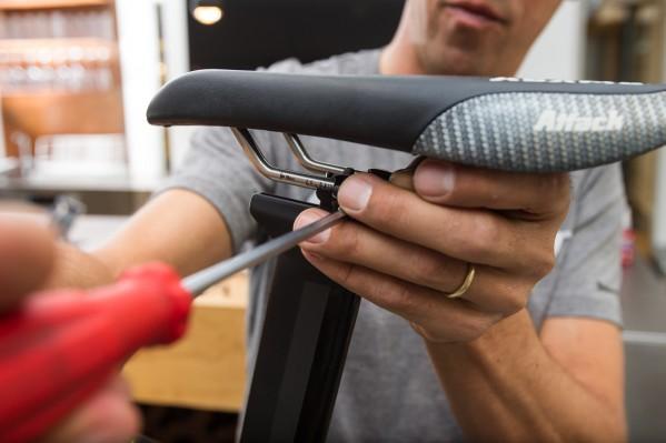 Sattelschlitten und Sattelposition nach Bedarf einstellen und mit der Klemmschraube (max 12 Nm) festziehen.