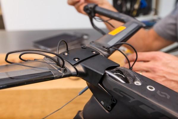 Sitzen die Seilzüge erst mal in den Anschlägen der Bremshebel, können ihre Befestigungsschrauben nicht mehr erreicht werden.