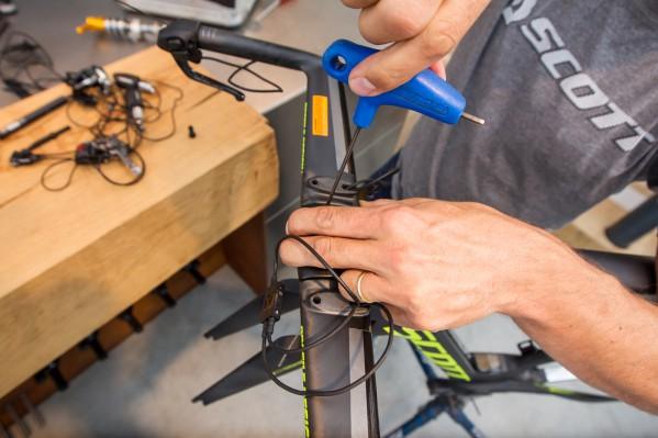 Der Lenker wird provisorisch mit einer Schraube fixiert.