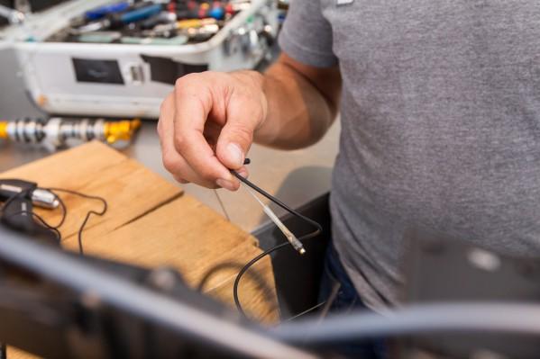 Zum Durchführen des Di2-Kabels benötigt man erneut eine Führung.
