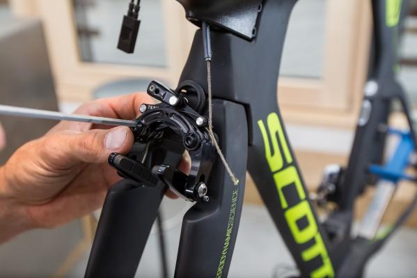Scotts Patent wird wie eine Shimano Direct-Mount Bremse an der Gabel montiert.