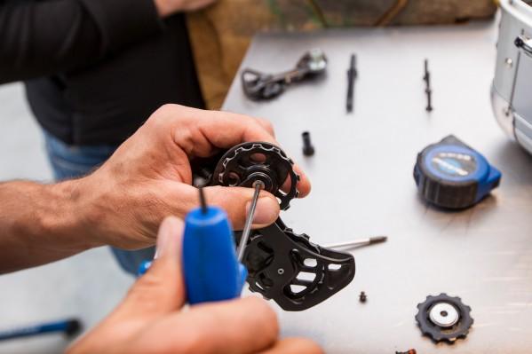 Festschrauben der Oversize-Pulleys mit dem richtigen Drehmoment von2.94 - 3.92 Nm. Am besten per Drehmomentschlüssel oder vorsichtignach Gefühl.