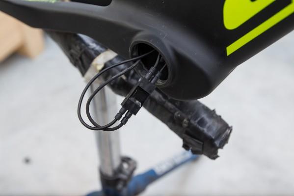 Nun kann das Kabel an der Junction im Tretlager angeschlossen werden.
