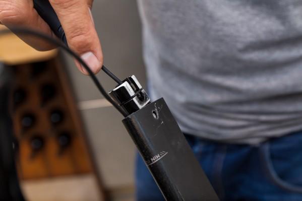 Falls sich die Stütze nicht geschmeidig einführen lässt, ist es manchmal notwendig, die Akkuhalterung an den Kanten mit feinem Schmirgelpapier zu entgraten.