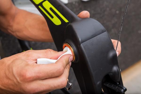 Empfehlung für unsere spezielle Rotor-4130-Tretlager-Lösung: um etwaiges Klappern und Scheuern der elektronischen Kabeln an der Kurbelachse zu verhindern, schiebt Lars ein kleines Stück Schaumstoff ins Unterrohr. Bei Shimano und Sram ist dies nicht notwendig, da deren Pressfit-Lager eine durchgehende, schützende Hülse besitzen.