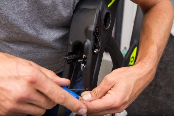 Schlussendlich wird die Bremsenabdeckung - je nach Rahmen-Evolutionsstufe mit zwei oder vier Schrauben - an der Unterseite des Rahmens befestigt.
