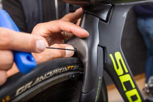 Anbringen der Aero-Bremsenabdeckung und Anziehen der Schraube per 2er-Inbus mit max. 1 Nm. Achtung: ein 2er-Inbus ist nur auf den wenigsten Multitools enthalten!