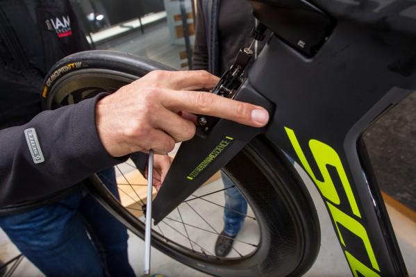 Es folgt die Feineinstellung der Bremszangen: Breite, Spacerringe und Ausrichtung der Bremsschuhe.