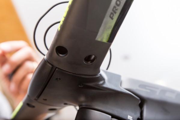 Die Befestigungsschrauben der Extensions/Armpads werden von unten durch den Basebar geführt.