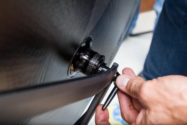 Schließen des Schnellspanners mit ausreichender Handkraft