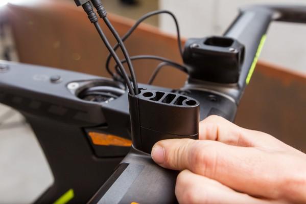 ... mit welchen die Höhe der Armpads variiert werden kann, ohne jedes Mal die Kabel abzustecken.