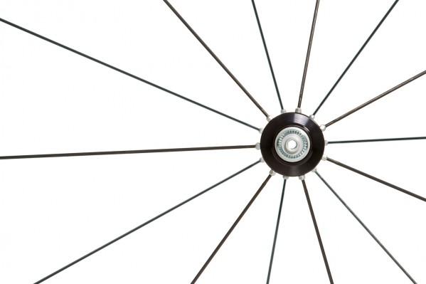 14 Messerspeichen im Vorderrad sorgen aufgrund reduzierter Luftwirbelbildung und fast auf null reduzierter Speichenstirnflächen für gute Aerodynamik und geringe Seitenwindanfälligkeit.