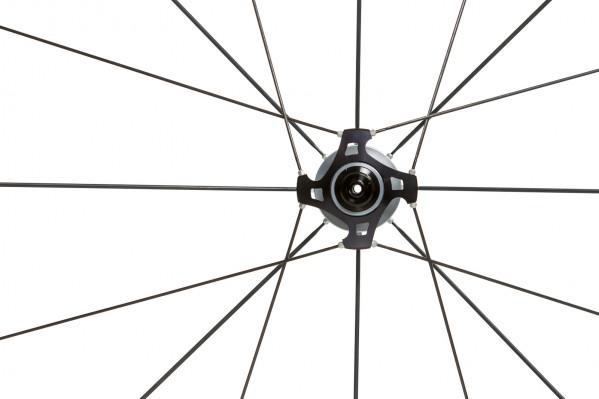 Der drehmomentübertragende Hyper-Size-Flanschder Hinterradnabe ist besonders groß dimensioniert.Dies ermöglicht optimale Kraftübertragung.Die Speichen werden entlastet, das Rad reagiert ohne Verzögerung auf Beschleunigung.