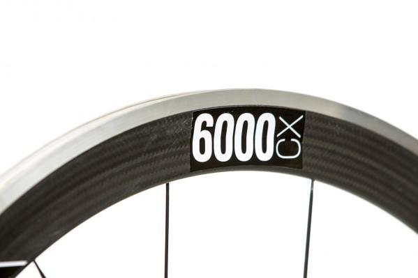 Die Carbon Laufräder sind mit Aluminiumbremsflanken ausgerüstet.Dies ergibt gleichmäßige, maximale Bremsverzögerung und vorzügliche Wärmeabfuhr.