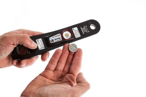 und legen die (neue) Batterie mit dem Pluspol nach oben hin ausgerichtet ein.