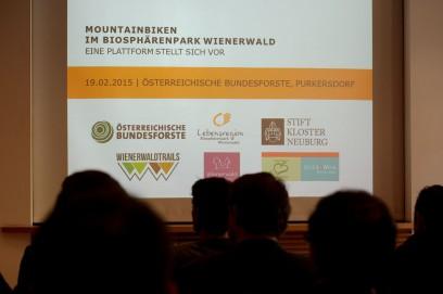 begr��ten fast 60 Teilnehmer zum runden Tisch im Wienerwald.