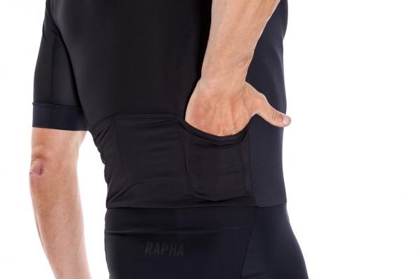 Die obere Hälfte besitzt speziell gestaltete Schulternähte und eng anliegende Taschen.