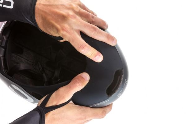 Der Nackenbereich des Helms besteht aus weichem EVA, welches für besseren Komfort und geringeren Luftwiderstand mit einem aerodynamischen Stoff überzogen wurde und besitzt einen großen Luftauslass.