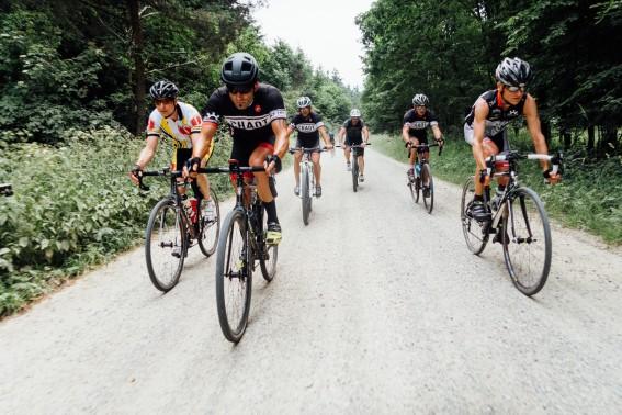 Mountainbiker, Cyclocrosser und breit bereifte Rennradler gemeinsam auf Tour.